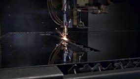 Corte del material de acero de la chapa plana en un torno con el programa, tecnología industrial moderna del laser del CNC brilla metrajes