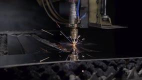 Corte del material de acero de la chapa plana en un torno con el programa, tecnología industrial moderna del laser del CNC brilla almacen de video