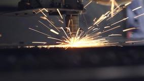 Corte del material de acero de la chapa plana en un torno con el programa, tecnología industrial moderna del laser del CNC brilla almacen de metraje de vídeo
