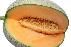 Corte del melón para mostrar la carne y la semilla aisladas en el fondo blanco Imagenes de archivo
