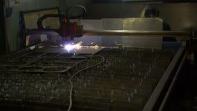 Corte del metal Las chispas vuelan de la interacción del plasma y del metal almacen de video