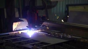 Corte del metal Las chispas vuelan de la interacción del plasma y del metal almacen de metraje de vídeo
