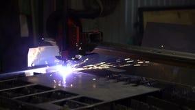 Corte del metal Las chispas vuelan de la interacción del plasma y del metal metrajes