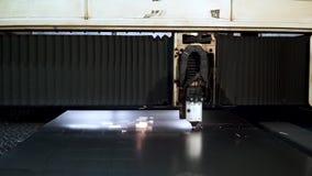 Corte del metal Las chispas vuelan del laser clip Tecnología de la cortadora del laser Proceso industrial del corte del laser almacen de video