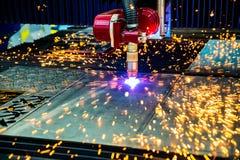 Corte del metal, tecnología industrial moderna del plasma del laser del CNC Foto de archivo