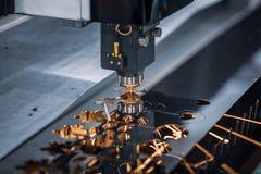 Corte del metal, tecnología industrial moderna del laser del CNC Fotos de archivo libres de regalías