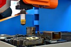 Corte del metal, tecnolog?a industrial moderna, primer del laser del CNC?de ? foto de archivo libre de regalías