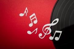 Corte del papel de la nota de la música sobre disco del álbum del lp del expediente de negro vinilo con el espacio de la copia par Imagen de archivo libre de regalías