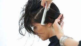 Corte del pelo con las tijeras y el peine almacen de metraje de vídeo