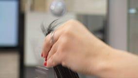Corte del pelo femenino en la peluquería Saloon1 almacen de video
