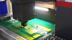 Corte del proceso de la chapa en agua Las chispas vuelan del laser por la fábrica automática, producción metrajes