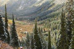 Corte del río a través de un valle épico Fotos de archivo