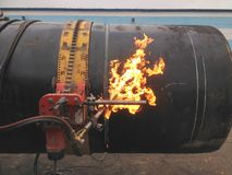 Corte del tubo con un cortador del gas fotografía de archivo