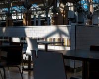 Corte di alimento del self-service della sala da pranzo con luce ed ombra Immagine Stock