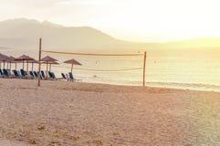 Corte di beach volley nella priorità alta sulla spiaggia di sabbia Fotografia Stock