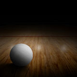 Corte di pallavolo con la palla sullo spazio di legno della copia e del pavimento Immagine Stock Libera da Diritti