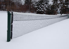 Corte di tennis nella neve, vista lunga Fotografie Stock