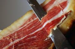 Corte di un prosciutto tipico di Jamon Iberico dalla Spagna fotografie stock