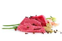 Corte do bife de carne com fatia do alho, cebola e Imagens de Stock Royalty Free
