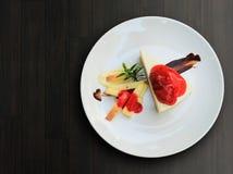 Corte do bolo de queijo da morango do close up em triangular fotos de stock