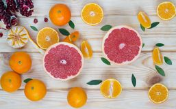 Corte do fruto na superfície de madeira como o fundo Imagens de Stock Royalty Free