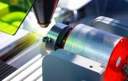 Corte do laser do metal em um torno com o programa foto de stock