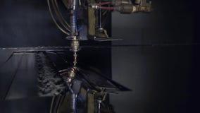 Corte do material de aço da chapa metálica lisa em um torno com o programa, tecnologia industrial moderna do laser do CNC brilhan vídeos de arquivo