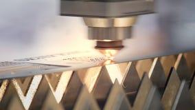 Corte do metal As fa?scas voam do laser Cortador industrial do laser com fa?scas Os cortes principais programados do rob? com vídeos de arquivo