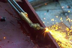 Corte do metal com gás do acetileno O trabalhador está trabalhando pela tocha do uso Foto de Stock Royalty Free