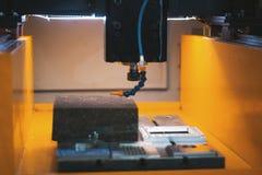 Corte do processo da chapa metálica na água As faíscas voam do laser pela fábrica automática, produção foto de stock royalty free