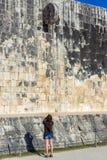 Corte do turista e da bola em Chichen Itza fotografia de stock royalty free