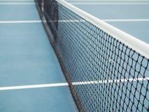 Corte dura azul del tenis con la red antes de la competencia en día soleado imagen de archivo libre de regalías