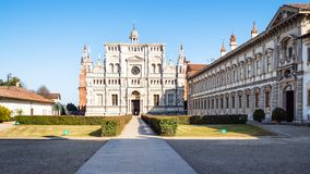 corte e chiesa verdi dei Di Pavia di Certosa immagine stock libera da diritti