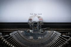 Corte el cordón mecanografiado en la máquina de escribir Fotografía de archivo