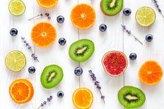 Corte el diseño de la fruta con el arándano y la lavanda en el modelo blanco de la opinión superior del fondo fotografía de archivo libre de regalías