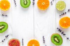 Corte el diseño del marco de la fruta con lavanda en la maqueta blanca de la opinión superior del fondo Imagen de archivo libre de regalías