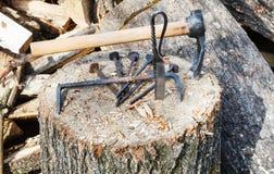 Corte el hacha y el hardware forjado en cubierta de madera Fotografía de archivo libre de regalías