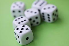 Corte el juego en cuadritos con los dados aislados en concepto verde del casino imagen de archivo libre de regalías