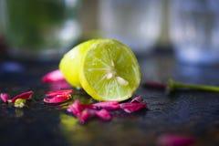 Corte el limón con la flor roja Imagen de archivo