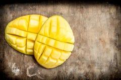 Corte el mango maduro imagenes de archivo