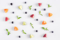 Corte el modelo de la fruta con la menta en la opinión superior del fondo blanco del escritorio imagen de archivo libre de regalías