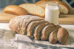 Corte el pan Foto de archivo libre de regalías