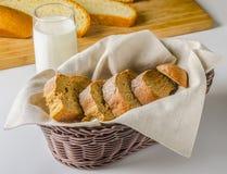 Corte el pan Imágenes de archivo libres de regalías