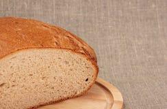 Corte el pan de centeno Imagenes de archivo