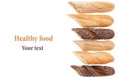 Corte el pan del baguette de diversas variedades en un fondo blanco Rye, trigo y pan entero del grano fotos de archivo