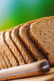 Corte el pan y el cuchillo de centeno Imagenes de archivo