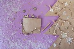 Corte el papel en forma del abeto con la tarjeta de felicitación de la Navidad Imagen de archivo