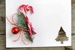 Corte el papel en forma del abeto en la tabla Fotos de archivo