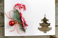Corte el papel en forma del abeto en la tabla Imagen de archivo libre de regalías