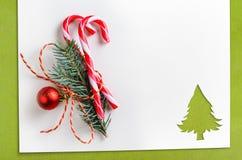 Corte el papel en forma del abeto en la tabla Fotografía de archivo libre de regalías